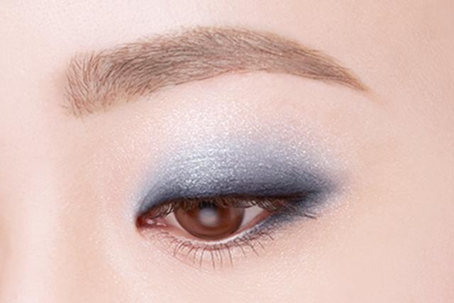 おぼさん化しがちな青アイシャドウを使い、透明感が出るアイメイク手順をご紹介